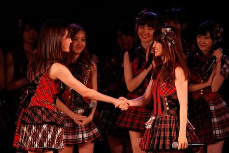 大島優子(写真右)と固い握手を交わす前田敦子(左)。 (C)AKS