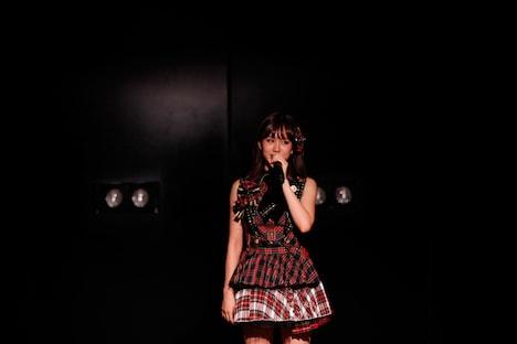 最後に1人ステージに残り、ファンに挨拶する前田敦子。 (C)AKS
