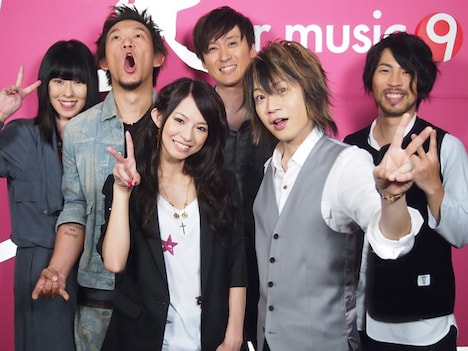 スタジオライブ収録後のHARUNA(左から3番目)とAqua Timez。