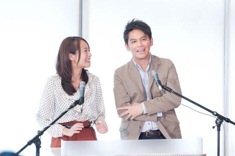 記者会見の司会進行を務めた日本テレビ上田まりえアナ(写真左)とますだおかだ岡田圭右(右)。岡田は元気ハツラツな熱血体育教師・麦山勇市を演じる。