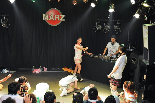 拳銃のサンプリング音でステージ上のメンバーを次々撃ち倒すリリスクmei。