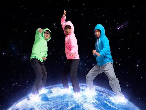 地球三兄弟のアーティスト写真。左からスパ de SKY(YO-KING)、THE EARTH(桜井秀俊)、Oしゃん(奥田民生)。
