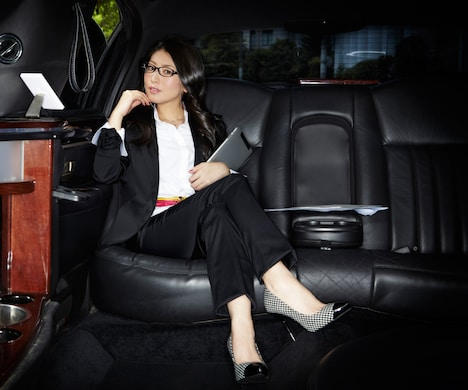 黒スーツ&メガネで決めた敏腕プロデューサーみのりん。