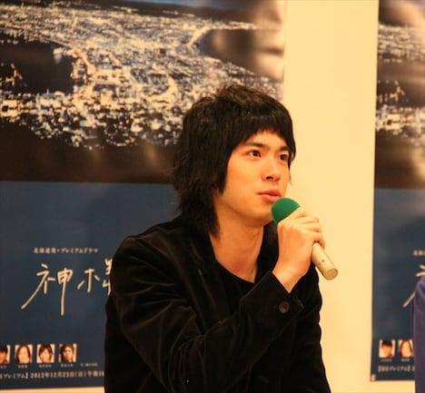 制作発表会見でマイクを握る渡辺大知。2010年には映画「色即ぜねれいしょん」主演、2011年にはNHK朝の連続テレビ小説「カーネーション」出演と、俳優として順調に経験を重ねている。