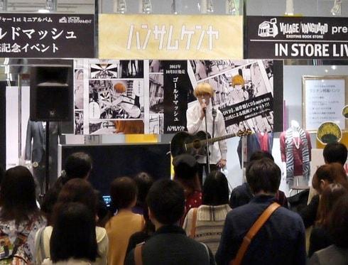 マルイシティ渋谷で熱唱するハンサムケンヤ。