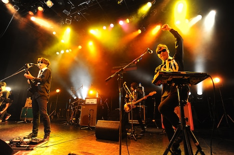写真は「MINAMI WHEEL 2012」でのMONOBRIGHTのライブの模様。