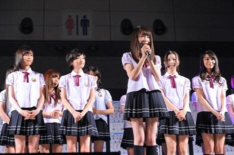 ファンに向けて挨拶をする秋元真夏(写真中央)。