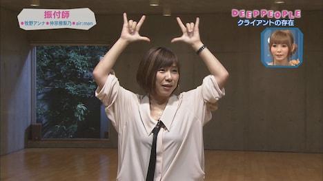 AKB48「ポニーテールとシュシュ」の振り付けを解説する牧野アンナ。