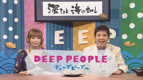 MCの中川翔子(左)と関根勤(右)。