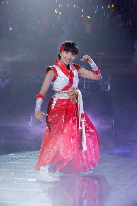 真っ赤な羽織袴風衣装で決めた百田夏菜子。(photo by hajime kamiiisaka)