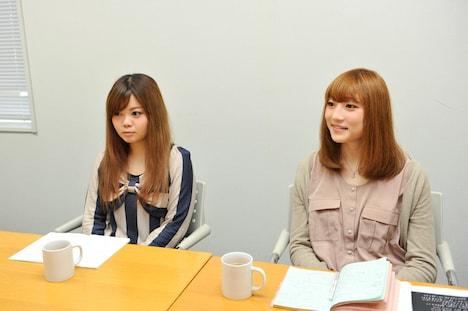 写真左から藤咲佑(B)、沙田瑞紀(G)。