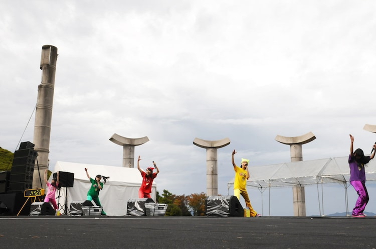 開放感のあるステージで「Chai Maxx」を踊るももいろクローバーZ。