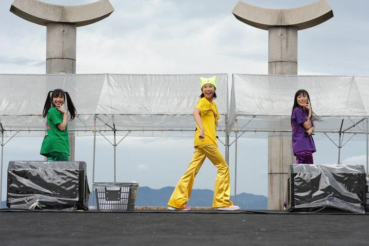 「だって あーりんなんだもーん☆」を歌う有安杏果、玉井詩織、高城れに(写真左から)。クジ引きの結果偶然「マス寿司三人前」のメンバーが集結。