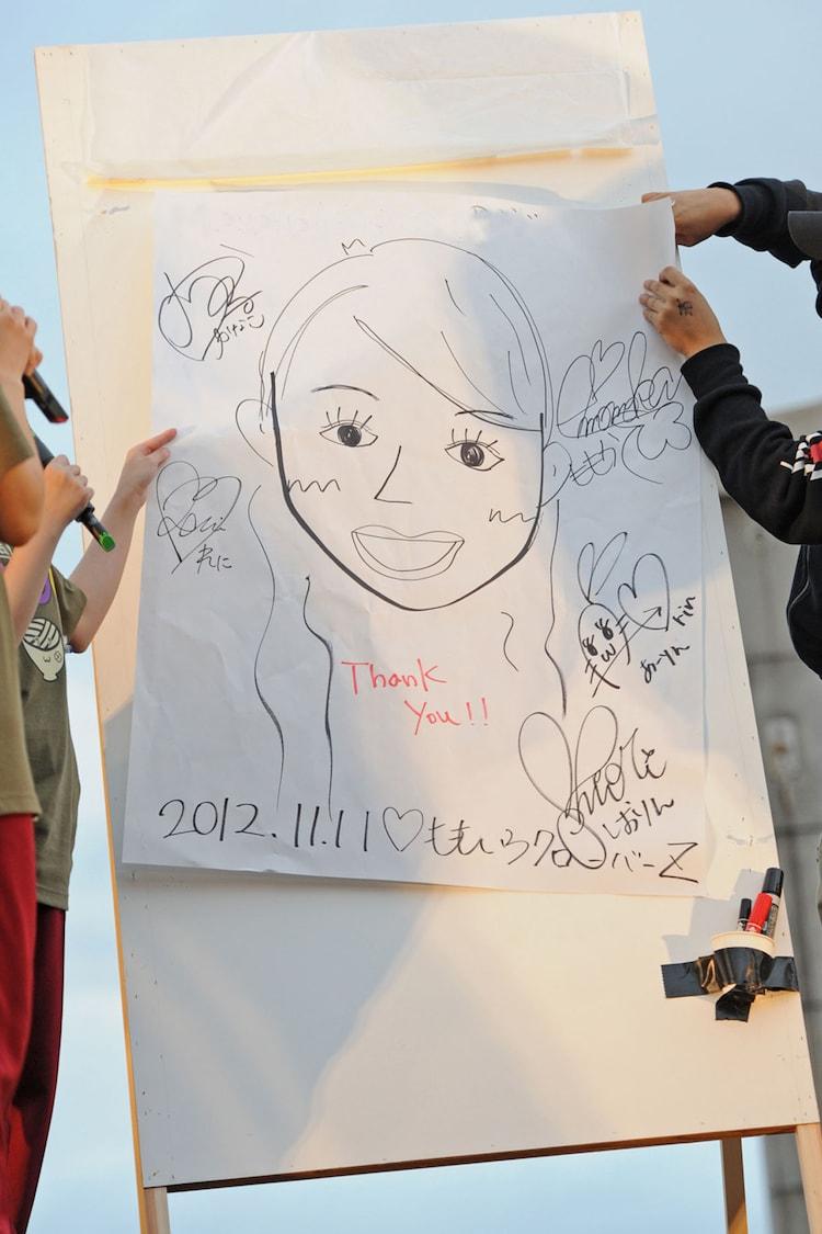 各回の終演後は手書きのセットリストを賭けたジャンケン大会。第2部では2名が選ばれ、カナダから来た18歳の女性にはメンバー全員でパーツ分けして描いた似顔絵が贈られた。