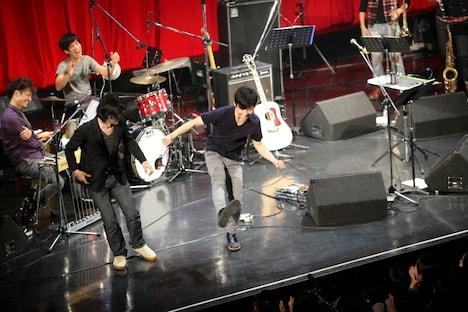 Zepp Tokyoのステージでダンスを披露する星野源(中央)と伊賀航(左)。