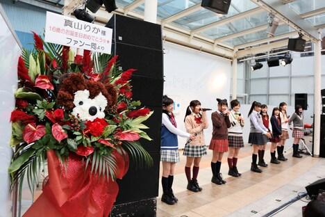ステージ袖にはファンから届けられた花が飾られた。