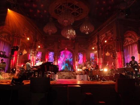 会場の「飛天」には、円卓を挟んで対面する2つのステージを設置。写真はAステージのセット。
