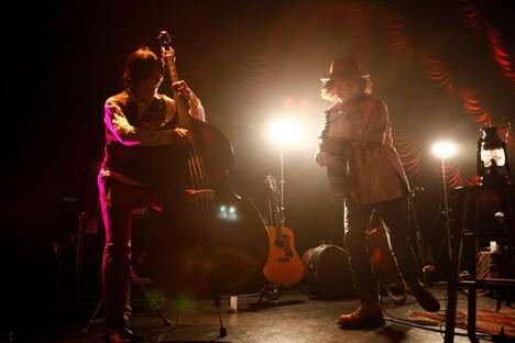 ライブ後半で行われた伊賀航(左)とCaravan(右)のセッションの様子。 (photo by susie)