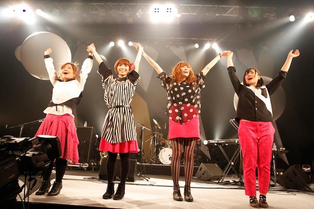 ライブ終演後、オーディエンスに挨拶するねごとの4人(撮影:上飯坂一)。