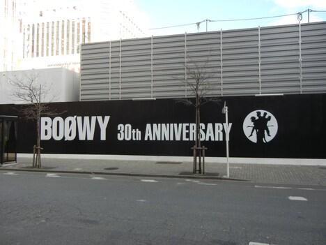 現在、旧新宿コマ劇場跡地の仮囲いにはBOOWYの特大看板を1月19日まで設置中。