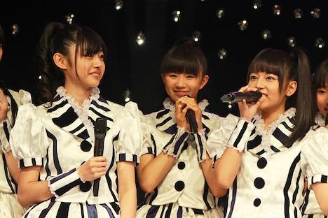 報道陣の質問に答える鈴木裕乃、星名美怜、瑞季(写真左から)。