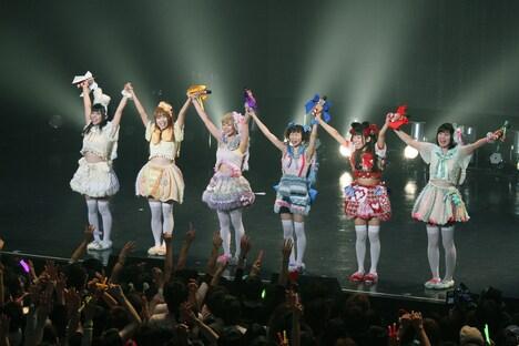 でんぱ組.inc「ワールドワイド☆でんぱツアー 2013 ~夢見たっていいじゃん?! in ZEPP TOKYO~」の様子。