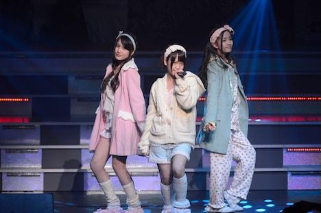 「AKB48 ユニット祭り 2013」の模様。川栄李奈、加藤玲奈、入山杏奈「パジャマドライブ」(C)AKS