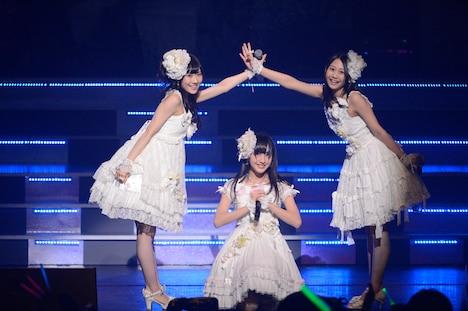 「AKB48 ユニット祭り 2013」の模様。古畑奈和、田島芽瑠、矢倉楓子「初恋よ こんにちは」(C)AKS