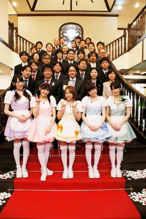 招待されたファン30名と記念撮影するAKB48松井咲子、渡辺麻友、高橋みなみ、島崎遥香、横山由依(下段左から)。