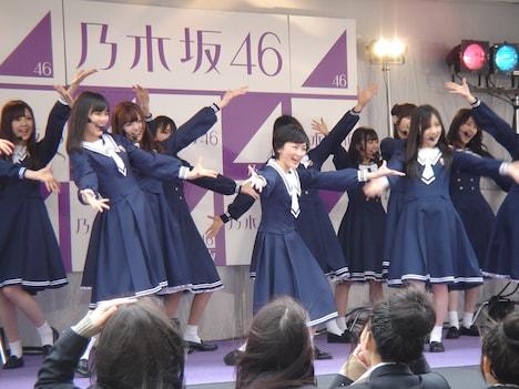 サプライズライブをする乃木坂46。