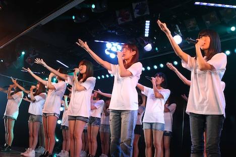 AKB48劇場の東日本大震災復興支援特別公演の様子。(C)AKS