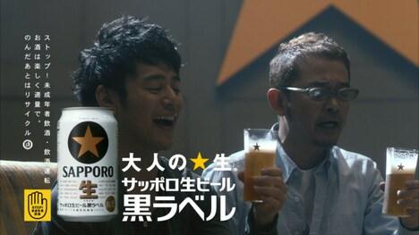「サッポロ生ビール黒ラベル」を味わう妻夫木聡(写真左)、奥田民生(右)。