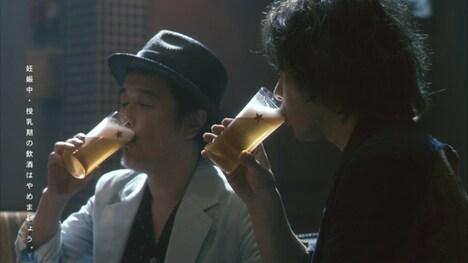 「サッポロ生ビール黒ラベル」を味わうリリー・フランキー(写真左)、斉藤和義(右)。