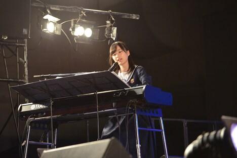 ピアノ伴奏をする生田絵梨花。