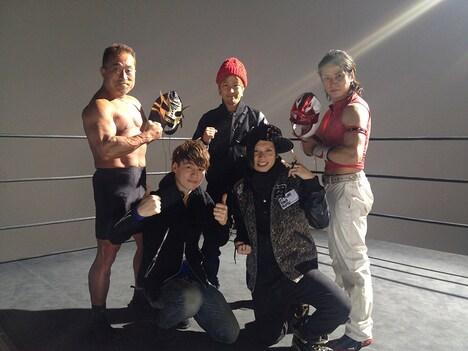 「ONE DAY」PV出演者。左から角田信朗、UNIST、聖闘士凛音。