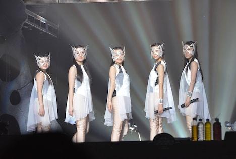 ライブ本編はマスクを着けたままでのパフォーマンスとなった。