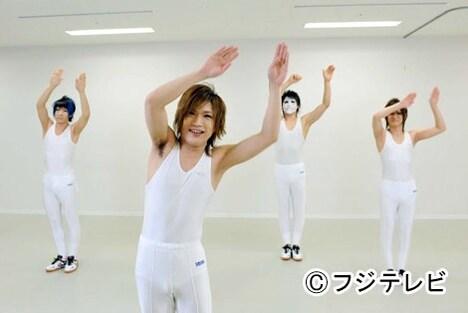 「女々しくて」体操バージョンにあわせて体操をするゴールデンボンバー。