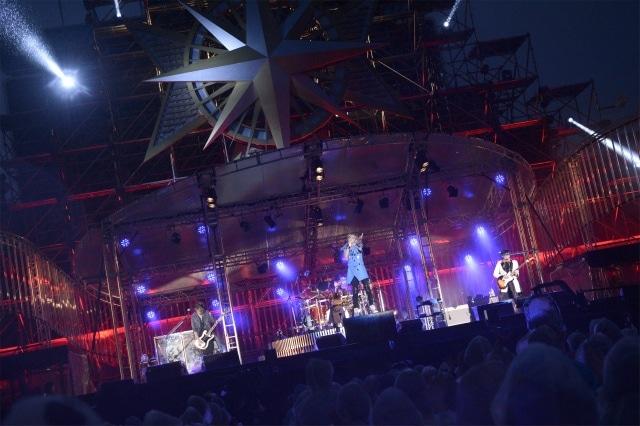 今週の人気の画像7位は「シド10周年企画第5弾はシングル、第6弾は全国野外ツアー」より、4月6日に神奈川・横浜スタジアムで行われた結成10周年記念ライブ「SID 10th Anniversary LIVE」の様子。