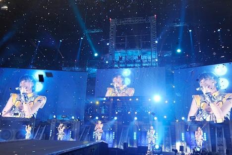 「ももいろクローバーZ 春の一大事 2013 西武ドーム大会~星を継ぐもも vol.1 Peach for the Stars~」ステージの様子。(photo by Hajime Kamiiisaka)