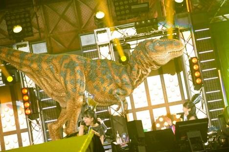 恐竜に襲われる玉井詩織。(photo by Hajime Kamiiisaka)