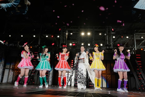 坂本冬美(右から3番目)とももいろクローバーZの共演シーン。(photo by Hajime Kamiiisaka)