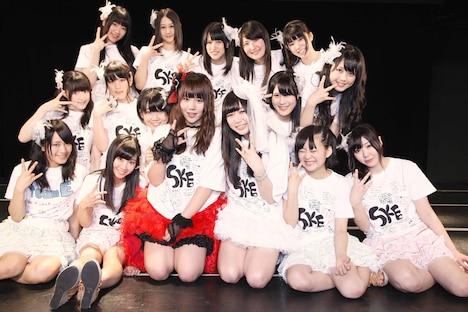 チームEメンバー全員、ステージ上で記念撮影。(C)AKS