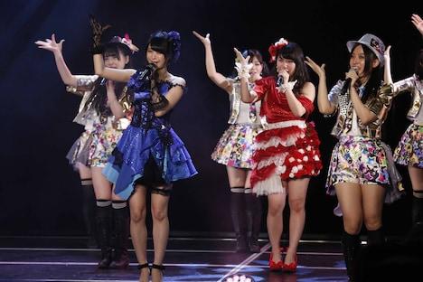 最後に「愛の数」を披露する小木曽汐莉と赤枝里々奈(左から)。(C)AKS