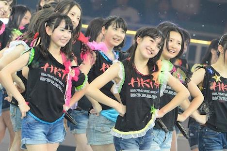 「スキ!スキ!スキップ!」を披露するHKT48。 (C)AKS