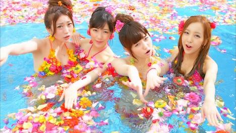AKB48「さよならクロール」PVのワンシーン。本作は大島優子、渡辺麻友、島崎遥香、板野友美(左から)がセンターポジションを務める。
