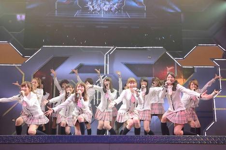 1曲目「PARTYが始まるよ」を披露するAKB48。(C)AKS