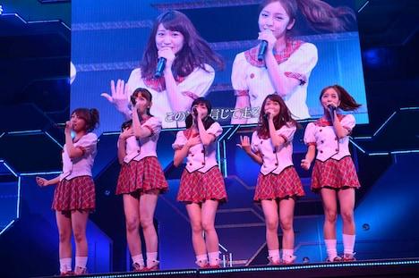 4曲目「スカート、ひらり」を披露する高橋みなみ、小嶋陽菜、渡辺麻友、大島優子、板野友美(左から)。(C)AKS