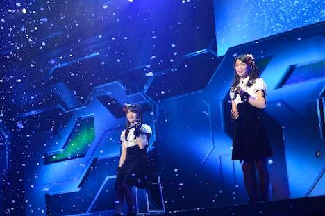 6曲目「あなたとクリスマスイブ」を披露する横山由依、秋元才加(左から)。(C)AKS
