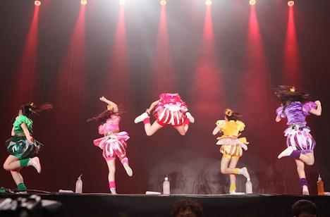 「Ozzfest Japan 2013」で披露された百田夏菜子(中央)のえびぞりジャンプ。 (C)Ozzfest Japan