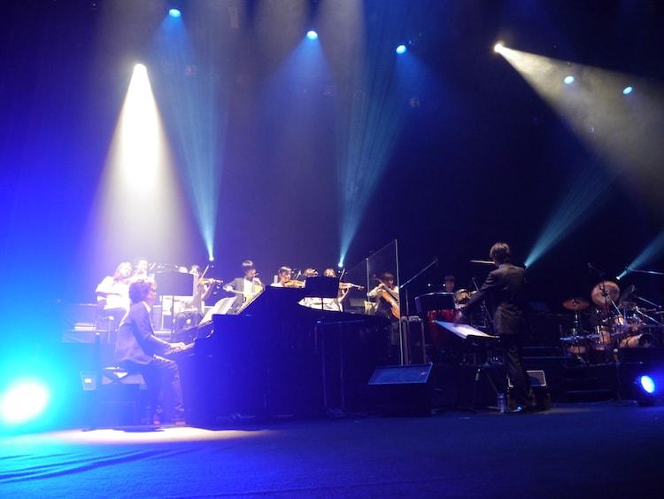 「虹色オーケストラ」神戸公演での事務員G(左)。